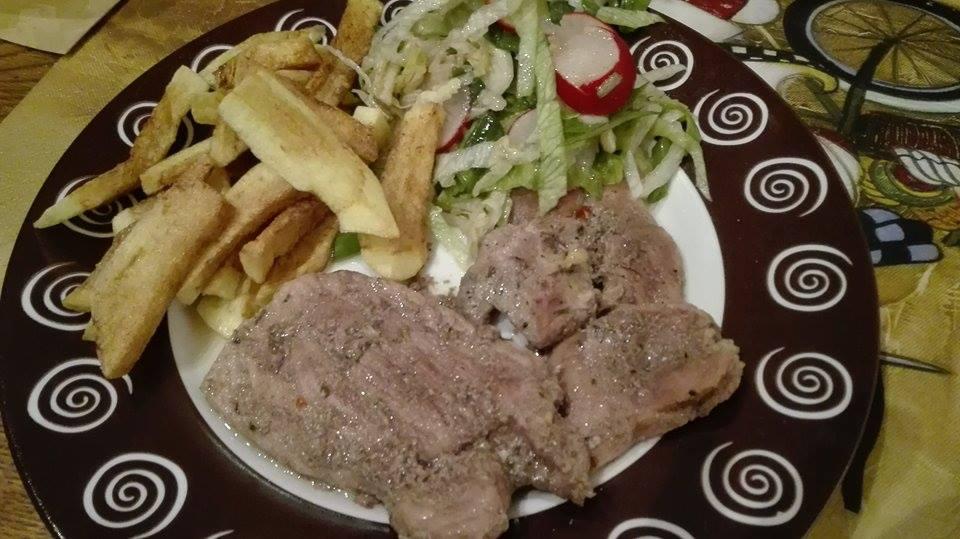 friptura de porc la cuptor cu cartofi si salata de primavara