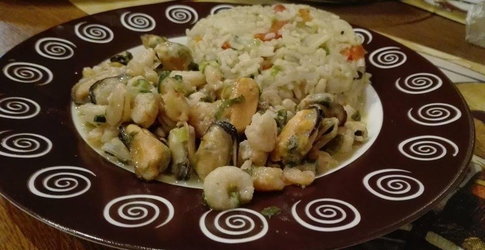 scoici si creveti in sos de vin alb cu orez basmati cu legume