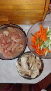 file de pui cu ciuperci morcov si ceapa verde